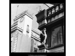 Plastiky na domě (3859-1), Praha 1965 červenec, černobílý obraz, stará fotografie, prodej