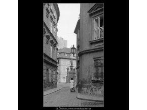 Průhled na Maltézské náměstí (3861-1), Praha 1965 srpen, černobílý obraz, stará fotografie, prodej