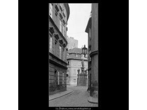 Průhled na Maltézské náměstí (3861-2), Praha 1965 srpen, černobílý obraz, stará fotografie, prodej