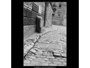 Dlažba, patník (3862), Praha 1965 srpen, černobílý obraz, stará fotografie, prodej