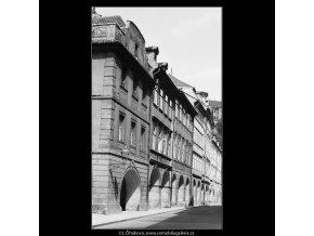 Podloubí a domy (3870), Praha 1965 srpen, černobílý obraz, stará fotografie, prodej
