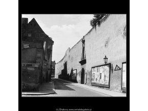 Zeď a ulice (3881-2), Praha 1965 srpen, černobílý obraz, stará fotografie, prodej