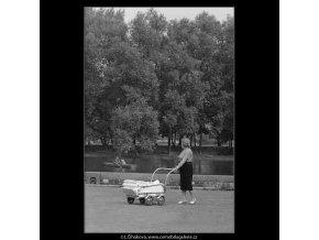 Babička s kočárkem (3884), žánry - Praha 1965 srpen, černobílý obraz, stará fotografie, prodej
