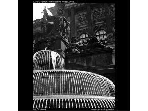 Fontána u Národního muzea (1251-2), Praha 1961 červen, černobílý obraz, stará fotografie, prodej