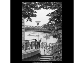 Vůně dálek… (3897-1), žánry - Praha 1965 srpen, černobílý obraz, stará fotografie, prodej