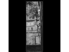 Okna a dům (3909), Praha 1965 srpen, černobílý obraz, stará fotografie, prodej