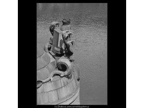 Ozdoba na Čechově mostě (3929), Praha 1965 srpen, černobílý obraz, stará fotografie, prodej