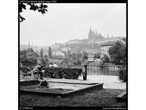Na Alšově nábřeží (3930-1), Praha 1965 srpen, černobílý obraz, stará fotografie, prodej
