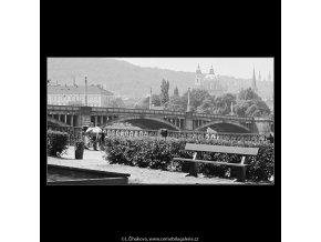 Na Alšově nábřeží (3930-2), Praha 1965 srpen, černobílý obraz, stará fotografie, prodej