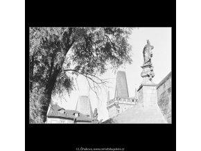 Pohled na Malostranské věže Karlova mostu (3951-1), Praha 1965 září, černobílý obraz, stará fotografie, prodej