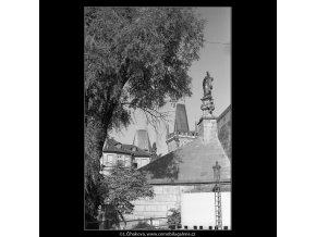 Pohled na Malostranské věže Karlova mostu (3951-3), Praha 1965 září, černobílý obraz, stará fotografie, prodej