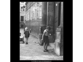 Děti na chodníku (3955-2), žánry - Praha 1965 září, černobílý obraz, stará fotografie, prodej