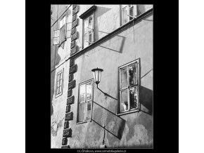 Okna, lucerna a stíny (3962), Praha 1965 září, černobílý obraz, stará fotografie, prodej
