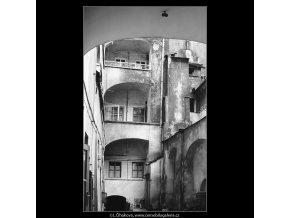 Pražské dvory (3973-1), Praha 1965 září, černobílý obraz, stará fotografie, prodej