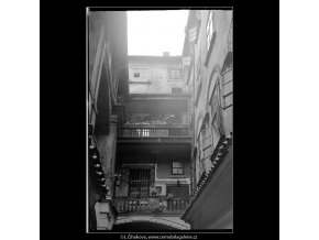 Pražské dvory (3975-1), Praha 1965 září, černobílý obraz, stará fotografie, prodej
