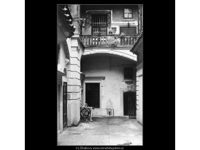 Pražské dvory (3975-2), Praha 1965 září, černobílý obraz, stará fotografie, prodej