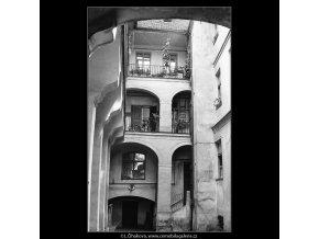 Pražské dvory (3976), Praha 1965 září, černobílý obraz, stará fotografie, prodej