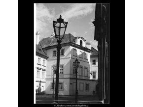 Domy v rohu Maltézského náměstí (3984-1), Praha 1965 září, černobílý obraz, stará fotografie, prodej