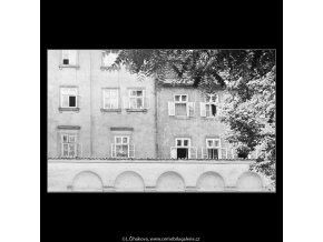 Pražská okna (3985), Praha 1965 září, černobílý obraz, stará fotografie, prodej