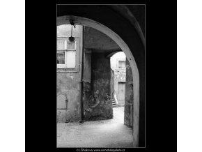 Dvůr domu U tří čápů (3991-3), Praha 1965 září, černobílý obraz, stará fotografie, prodej