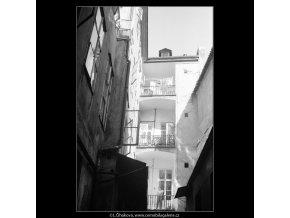 Pražské dvory (3992-2), Praha 1965 září, černobílý obraz, stará fotografie, prodej