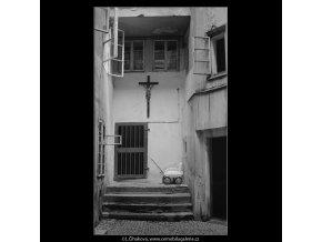 Dvůr domu U kříže (3998-1), Praha 1965 září, černobílý obraz, stará fotografie, prodej