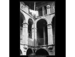 Dvůr U tří zlatých sekyrek (4001-1), Praha 1965 září, černobílý obraz, stará fotografie, prodej