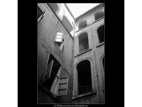 Dvůr U tří zlatých sekyrek (4001-2), Praha 1965 září, černobílý obraz, stará fotografie, prodej