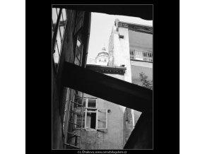 Pražské dvory (4008-2), Praha 1965 září, černobílý obraz, stará fotografie, prodej