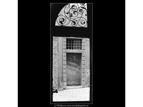 Mříž a pohled na portál (4009), Praha 1965 září, černobílý obraz, stará fotografie, prodej