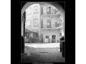 Dvůr domu U Motů (4019), Praha 1965 září, černobílý obraz, stará fotografie, prodej