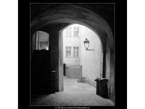 Dvůr domu U Francouzské koruny (4034-2), Praha 1965 září, černobílý obraz, stará fotografie, prodej