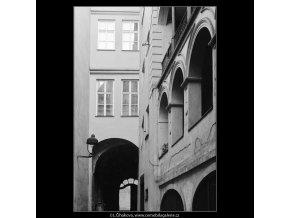 Dvůr domu U Francouzské koruny (4034-4), Praha 1965 září, černobílý obraz, stará fotografie, prodej