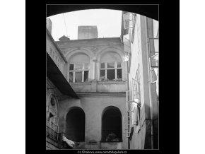 Pražský dvůr domu U Hegeleinů (4044-2), Praha 1965 září, černobílý obraz, stará fotografie, prodej
