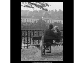 Milenci na lavičce (4055), žánry - Praha 1965 říjen, černobílý obraz, stará fotografie, prodej