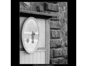 Odraz v zrcadle (4056), žánry - Praha 1965 říjen, černobílý obraz, stará fotografie, prodej