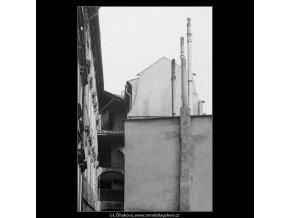 Starý dům s pavlačemi (4068), Praha 1965 září, černobílý obraz, stará fotografie, prodej