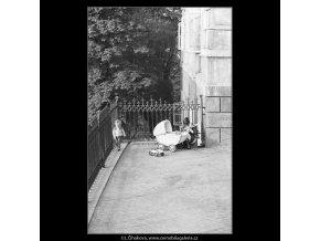 Matka s kočárkem (4070), žánry - Praha 1965 říjen, černobílý obraz, stará fotografie, prodej