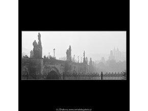 Karlův most a věže Malé strany (4105-3), Praha 1965 říjen, černobílý obraz, stará fotografie, prodej
