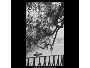 Rybář a část zábradlí (4106), žánry - Praha 1965 říjen, černobílý obraz, stará fotografie, prodej