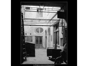 Pražské dvory (4121), Praha 1965 říjen, černobílý obraz, stará fotografie, prodej