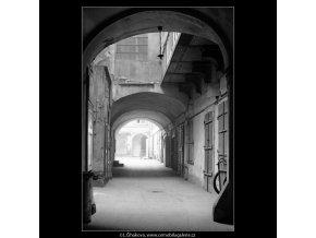 Z Pražských dvorů (4122-2), Praha 1965 říjen, černobílý obraz, stará fotografie, prodej