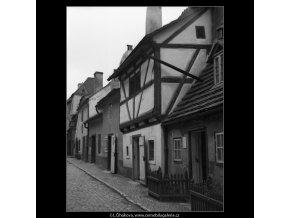 Zlatá ulička (1368-2), Praha 1961 listopad, černobílý obraz, stará fotografie, prodej