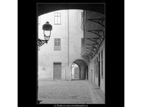 Z Pražských dvorů (4131-2), Praha 1965 říjen, černobílý obraz, stará fotografie, prodej