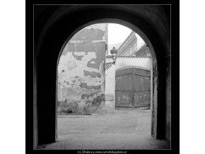 Z Pražských dvorů - U Čapků (4132), Praha 1965 říjen, černobílý obraz, stará fotografie, prodej