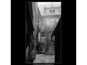 Pražské dvory - U zlatého prstenu (4141), Praha 1965 říjen, černobílý obraz, stará fotografie, prodej