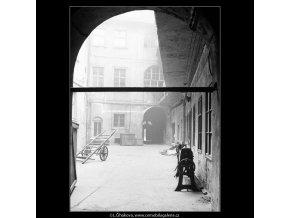 Pražské dvory (4142), Praha 1965 říjen, černobílý obraz, stará fotografie, prodej