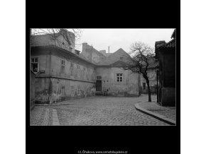 Z Haštalského náměstí (4169), Praha 1965 prosinec, černobílý obraz, stará fotografie, prodej