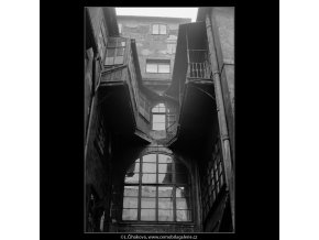 Pražský dvůr - U Opiců (4170), Praha 1965 prosinec, černobílý obraz, stará fotografie, prodej