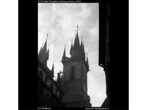 Věže Týnského chrámu (4173), Praha 1965 prosinec, černobílý obraz, stará fotografie, prodej
